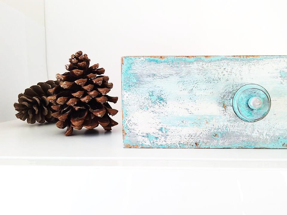 szufladka w stylu chippy malowana farbami kredowymi